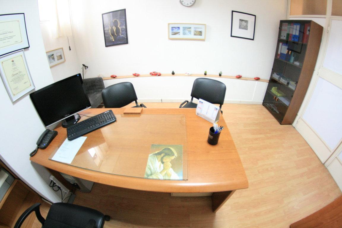 Affitto ufficio arredato napoli con posti auto euro 149 mese for Affitto uffici arredati roma